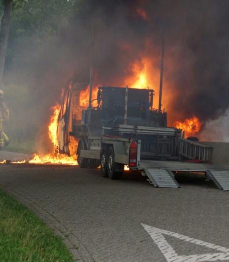 Vrachtwagen verwoest door brand in Halle