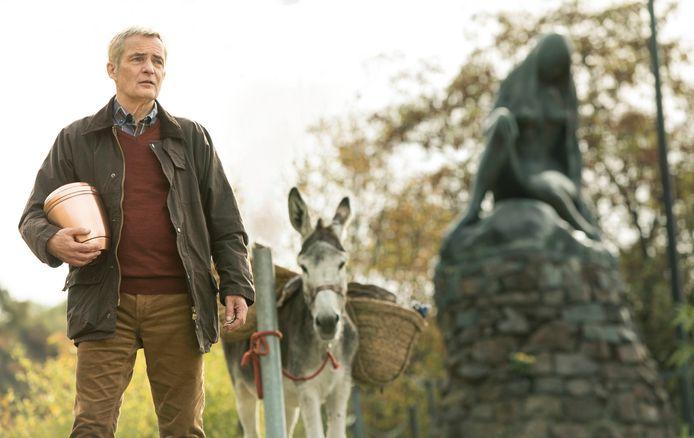 Herman Finkers met ezel en urn onderweg in de film De Beentjes van Sint Hildegard.