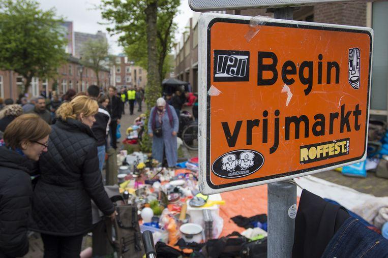 Traditiegetrouw gaat de vrijmarkt in de binnenstad van Utrecht al de avond voor Koningsdag van start. Beeld anp