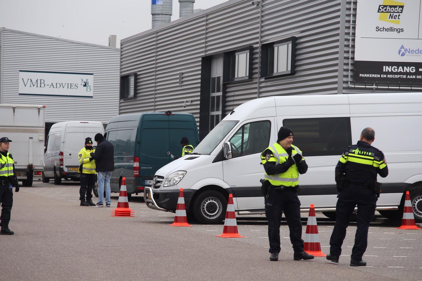 Grote controle in Rosmalen. De bedrijven op de foto hebben met de controle niets te maken. De straat wordt er alleen gebruikt omdat de meeste parkeerruimte is