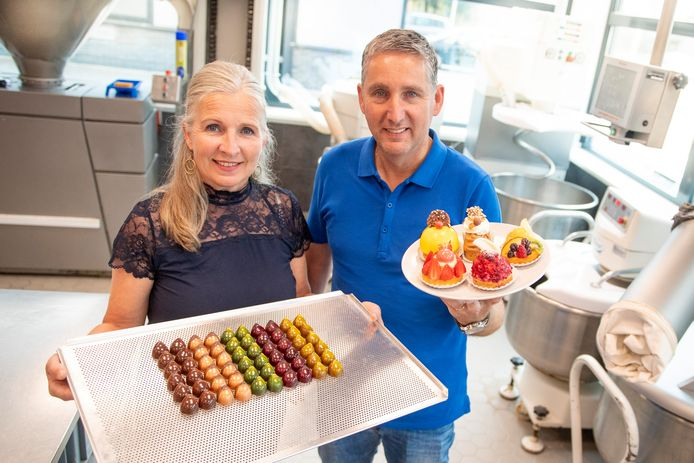 Eric en Irma van Otten in hun bakkerij.