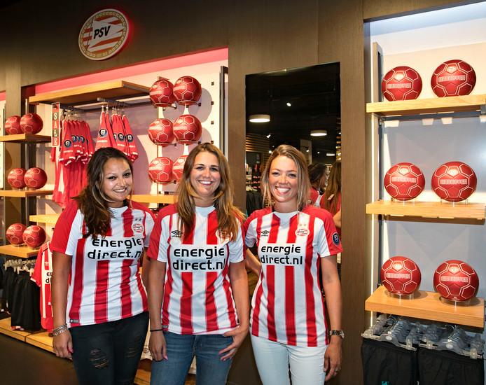 PSV-fans bewonderden dinsdag het nieuwe tenue van PSV. Op de foto Juliëtte Maas,  Rosanne Bloemen en Jolein Janssen uit Eindhoven.