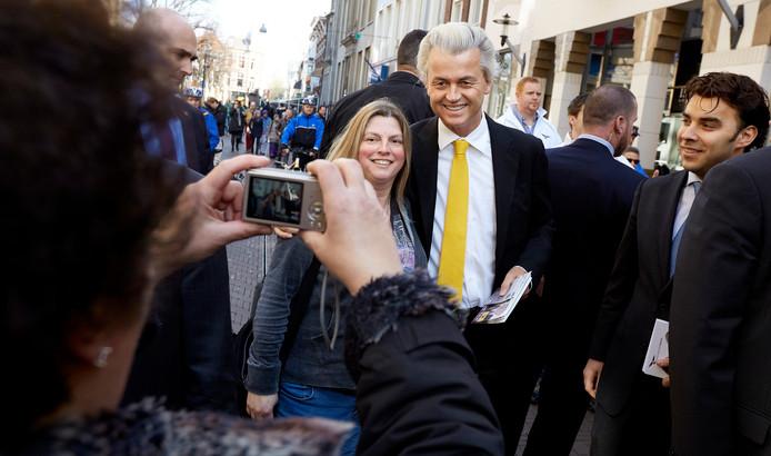 PVV-leider Geert Wilders gaat op de foto met een voorbijganger in de Lange Poten.