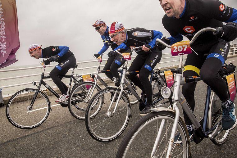 Afbeeldingsresultaat voor storm fietsen tegen wind vandaag