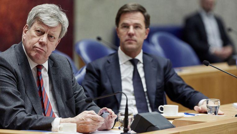 Premier Mark Rutte (r) en Ivo Opstelten tijdens een debat in de Tweede Kamer. Beeld anp