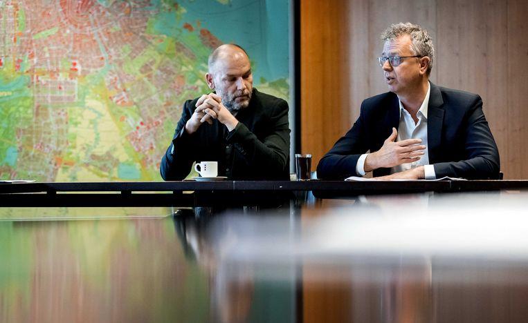 De Amsterdamse GroenLinks-leider Rutger Groot Wassink (l) met informateur Maarten van Poelgeest in het stadhuis van de hoofdstad. Beeld ANP