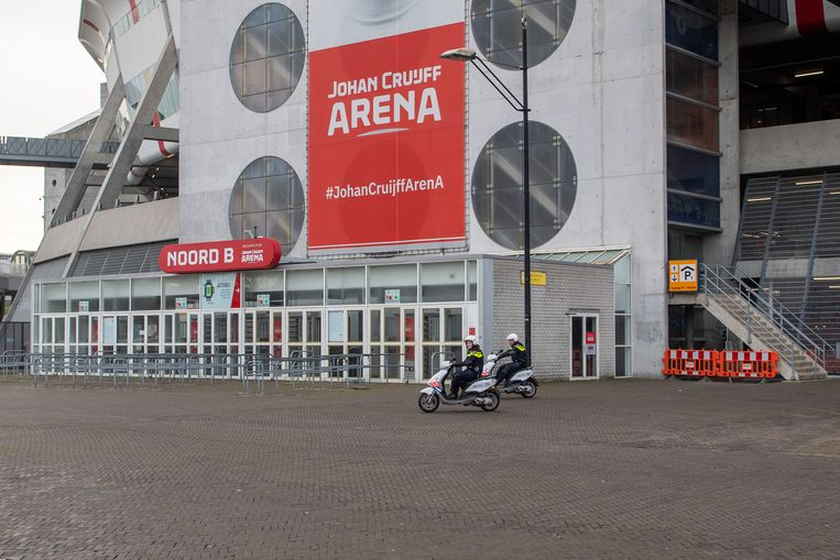 Dit weekend zullen er geen ballen over de sportvelden rollen, ook niet bij Ajax. Daarmee heeft de politie extra capaciteit. En die is hard nodig. Beeld BSR Agency