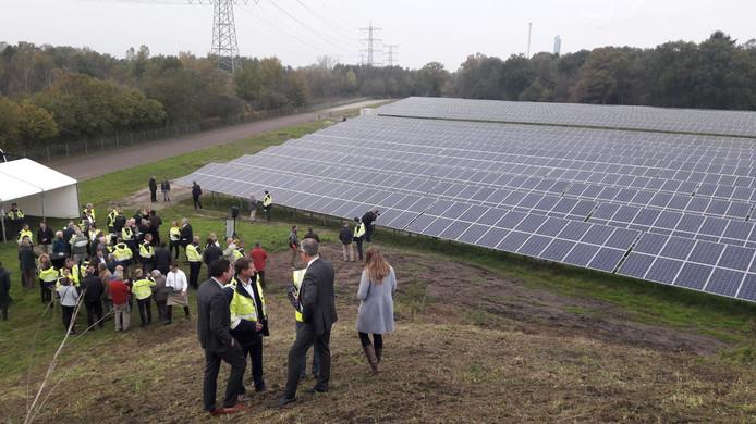 Genodigden bij het nieuwe zonnepark van Twence.