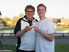 Voetbalicoon Willem van Hanegem overhandigt  'doorgeefring'  aan Frenkie de Jong bij ASV Arkel