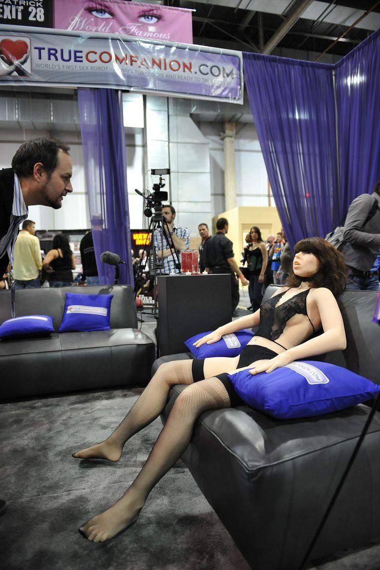 Een bezoeker van een sexbeurs in Las Vegas neemt een kijkje bij de Roxxxy-stand Beeld afp