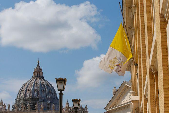 Ook bij het Vaticaan ging de vlag van Vaticaanstad halfstok.