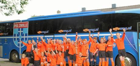 Hasseltse scholieren met PEC-bus in stijl naar schoolvoetbaltoernooi