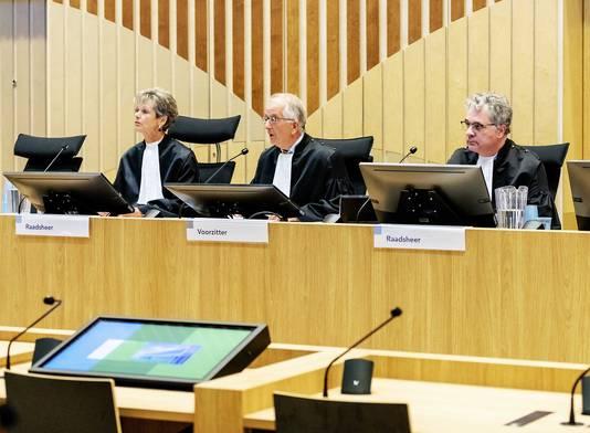 De rechters in de strafzaak tegen de agenten (VLNR) Rechter L. Gerretsen-Visser, voorzitter W. Bruinsma en rechter W. van Boven.