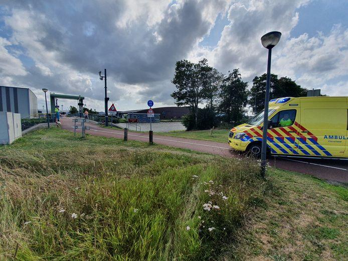 Ook een ambulance is aangekomen, om de drenkeling op te vangen.