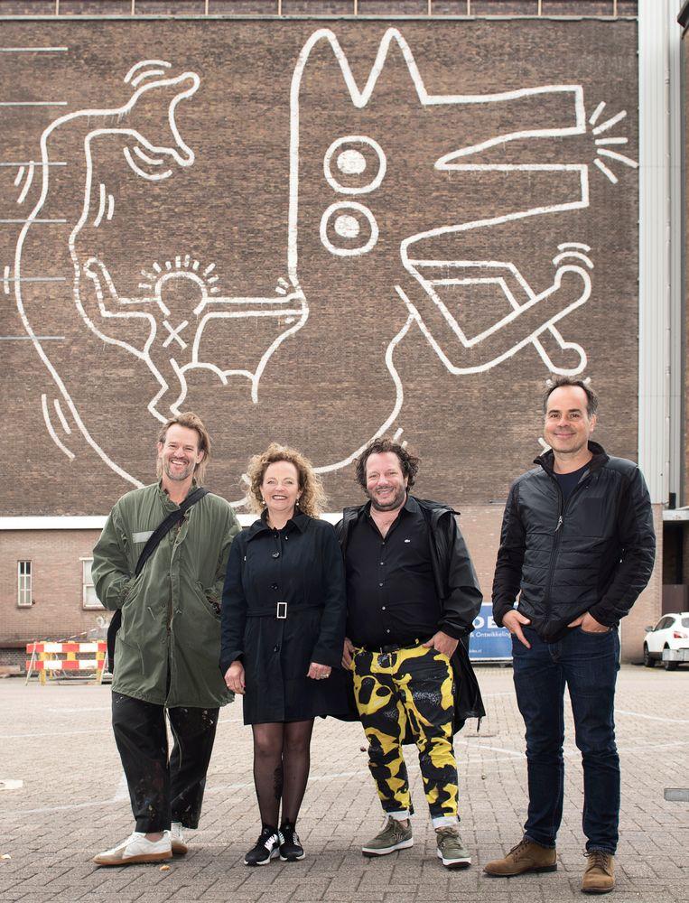 Van links naar rechts: kunstenaar Jasper Krabbé, kunstenaar Mick La Rock, galeriehouder Olivier Varossieau en kunstenaar Jan Rothuizen. Beeld Els Zweerink