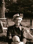 De kunstenaar in Esbeek in 1980.