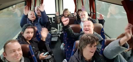 Dit zijn de 'Overlevers van Deventer'. En ze zijn op weg naar Lodewijk Asscher in Den Haag