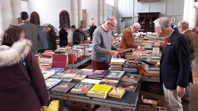 Het is druk in de Gertrudiskerk in Bergen op Zoom. Er worden honderden boeken aangeboden.