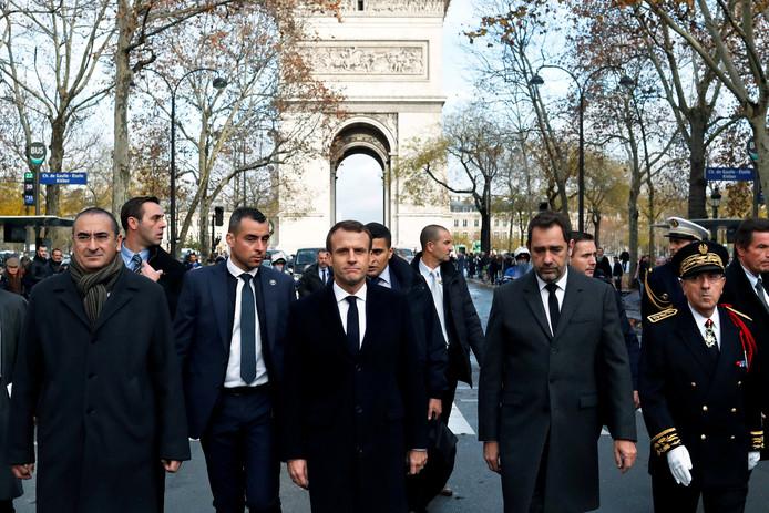 Macron bezocht zondag de Champs-Elysées, waar een dag eerder ernstige rellen hadden plaatsgevonden. Op de foto rechts van hem minister van Binnenlandse Zaken Christophe Castaner.