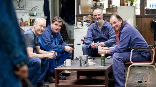 Acteurs Marcel Hensema, Frank Lammers, Stefan de Walle en Martin van Waardenberg op de set in de garage.
