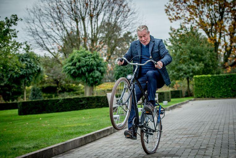 """Onze fotograaf wil na het interview graag nog een leuke foto. Als wielerfan kruipt Maes gezwind de fiets op. """"Wacht, ik zal een wheelie doen"""", gekscheert hij. Als we hem vragen wat we dan bij de foto moeten schrijven, aarzelt hij geen seconde. """"Peter Maes gaat nog eens van de grond!"""" Hij proest het uit. Bloed kruipt waar het niet gaan kan."""