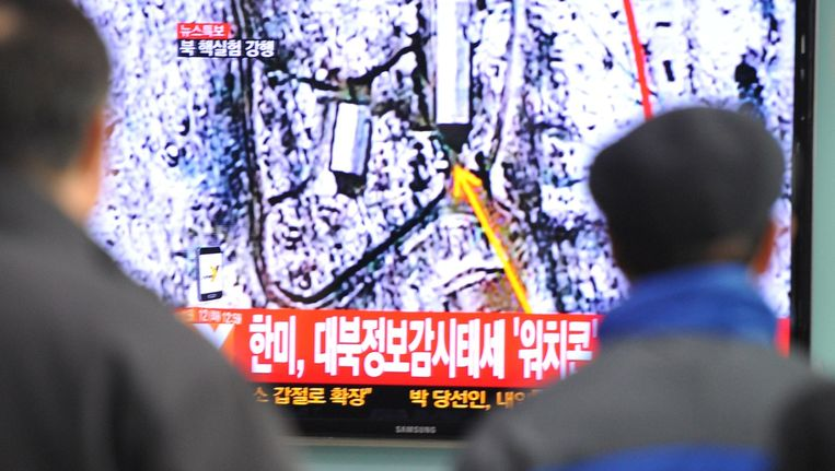Zuid-Koreanen kijken naar een nieuwsuitzending waarop melding wordt gemaakt van de derde kernproef van Noord-Korea in februari 2013. Beeld afp