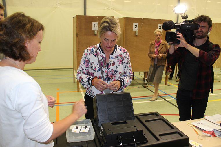 Joke Schauvliege brengt haar stem uit.