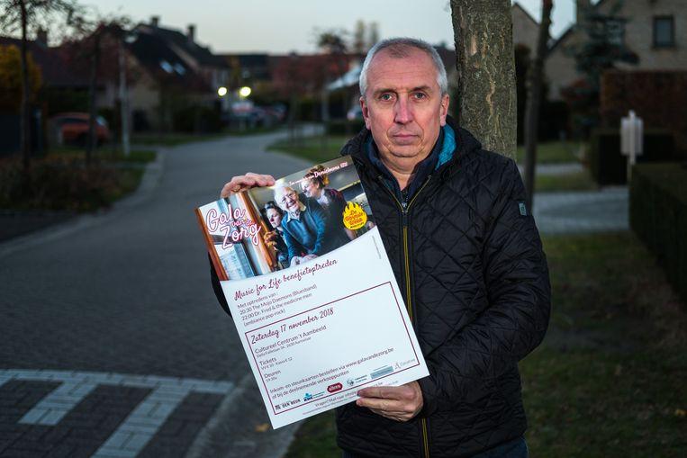 Bart Vermant met de affiche voor zijn benefietactie ten voordele van de zorg én in het kader van Music for Life.