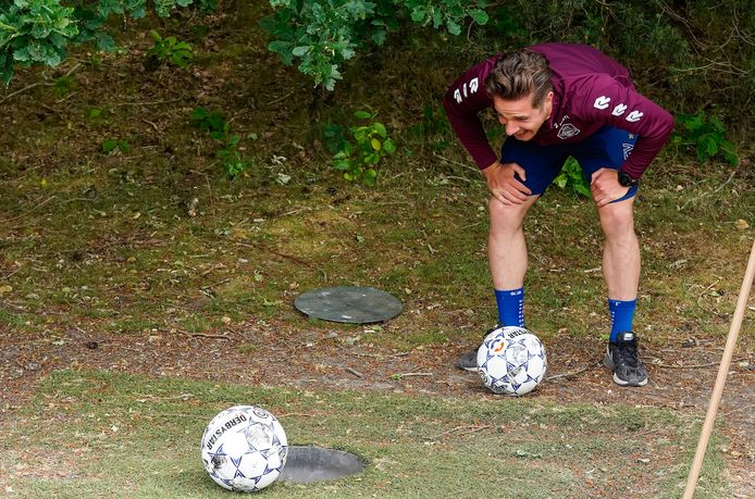 Jordens Peters ziet een bal (van een ploeggenoot?) nét naast gaan
