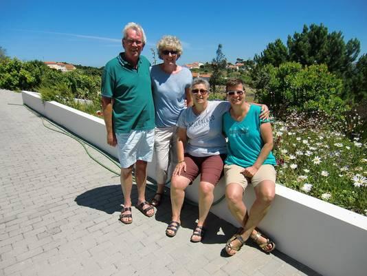 Nederlandse uitbaters Nicole Hoogervorst en Kathleen Osseweijer van Cas al Cubo met links naast hen Ronald Pannen en Margriet Mertens van Quinta Verde. De twee stellen baten al jaren een eigen bed and breakfast uit.