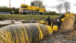 Betonmixer van 44 ton belandt in gracht in Brugge