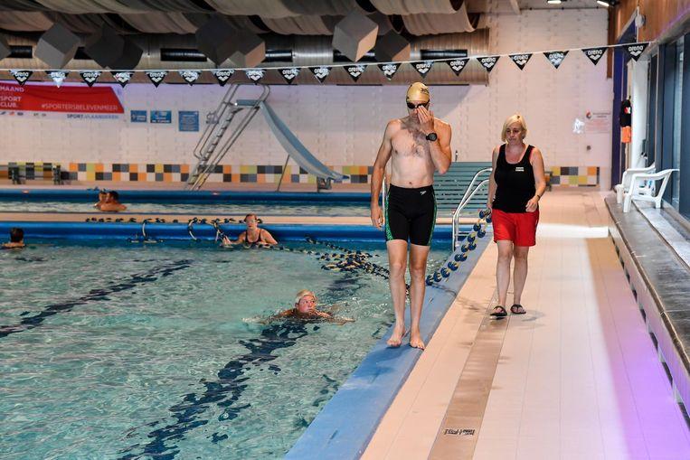 Het zwembad kreeg een volledig nieuwe antislip tegelvloer.