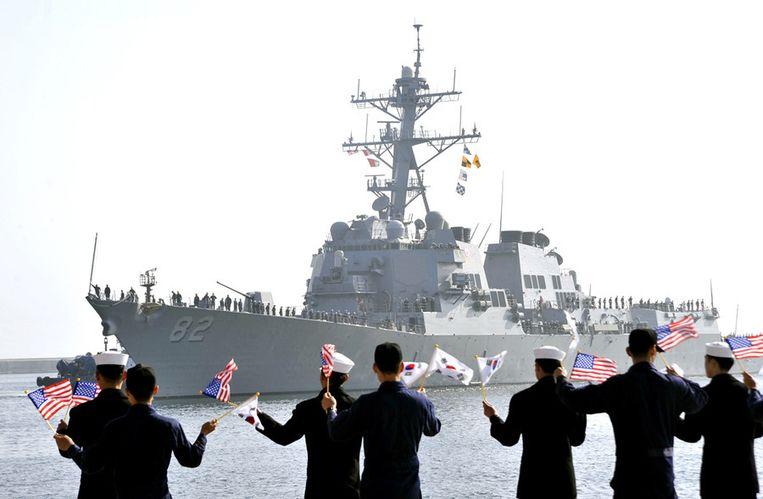 De USS Lassen vaart de haven van het Zuid-Koreaanse Donghae binnen om deel te nemen aan de militaire oefening. Beeld ap