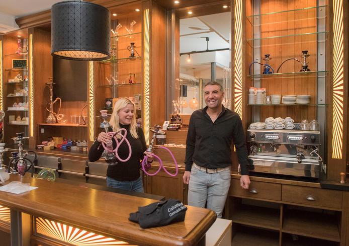 Monica Houtzager en Ishan Uçar werken in de nieuwe Cannabis Store Columbus in Harderwijk.