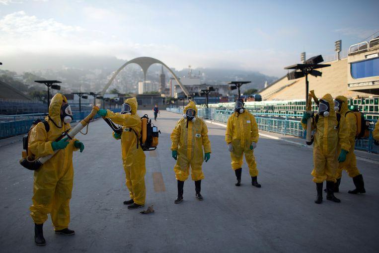 In het Sambadrome in Rio de Janeiro, waar tijdens de Spelen de marathon plaatsvond, waren in mei 2016 mensen bezig de verspreiding van Zika tegen te gaan. Beeld AP
