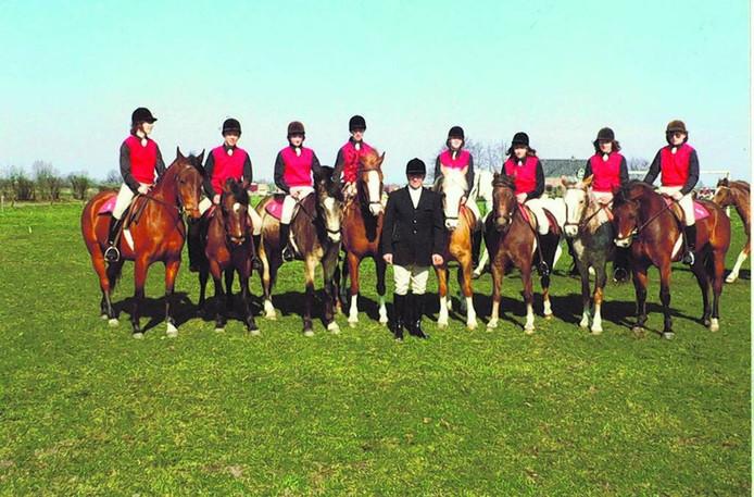 Veertig jaar geleden: de eerste leden van ponyclub De Grensruitertjes in Nispen. foto linda antonissen
