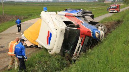 VIDEO. Vrachtwagen met vinyl dondert in gracht naast E34, chauffeur gewond