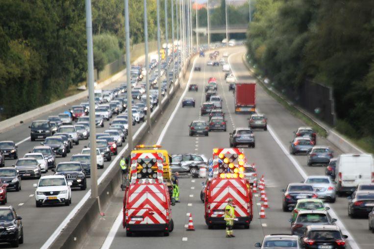Twee rijstroken zijn versperd op de E40 in Ternat door een ongeval.