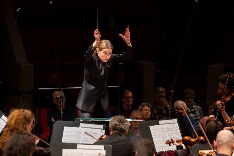 Karina Canellakis dirigeert 'haar' Radio Filharmonisch Orkest. Beeld null