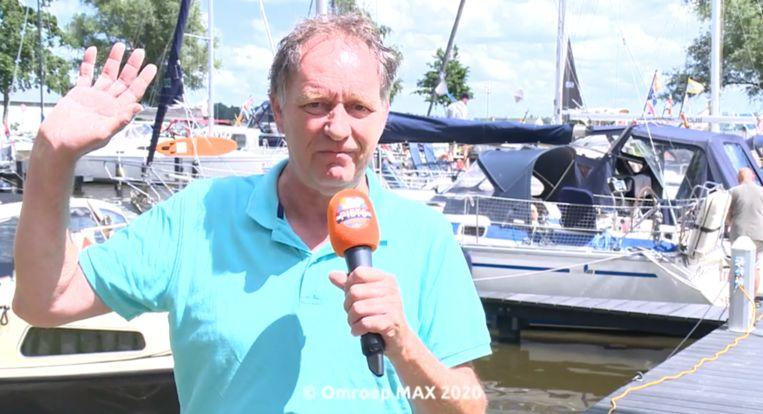 Piet Paulusma groet de kijkers na afloop van het weerbericht. Beeld Omroep Max