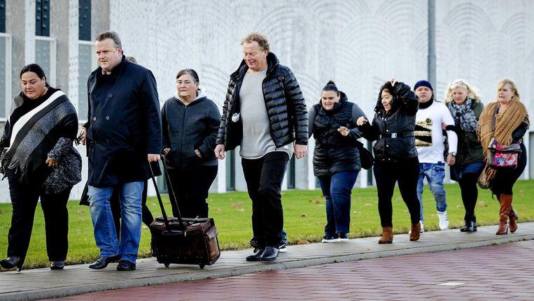 Advocaat Richard Korver komt met de nabestaanden (links de zus en moeder) van Mitch Henriquez aan bij het Justitieel Complex Schiphol. Beeld anp