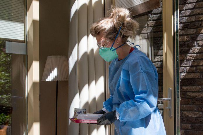 Zo gaan de verzorgers de kamers van de corona-patiënten op bij de Regenboog in Nunspeet.