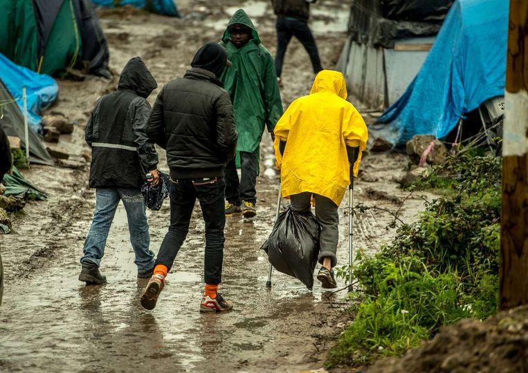 Migranten in de 'jungle' van Calais. Beeld null