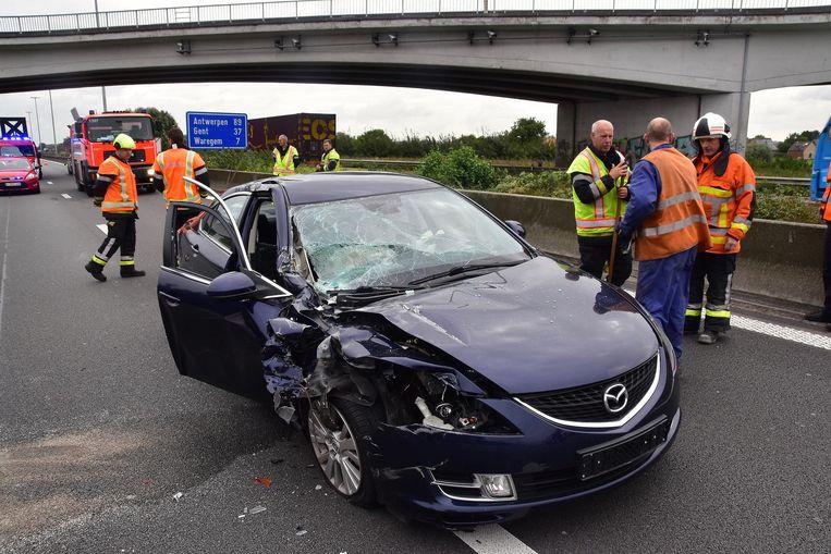Het beschadigde voertuig van het Nederlands koppel.