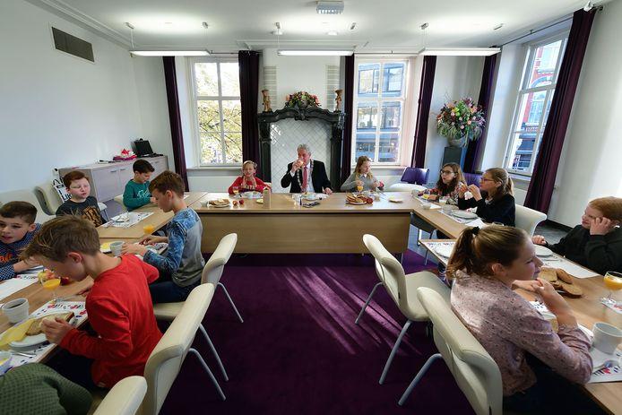 Om het belang van een goed ontbijt te onderstrepen nodigde burgemeester Jacques Niederer elk jaar een groep kinderen uit in het raadhuis. Zoals hier in november 2018.