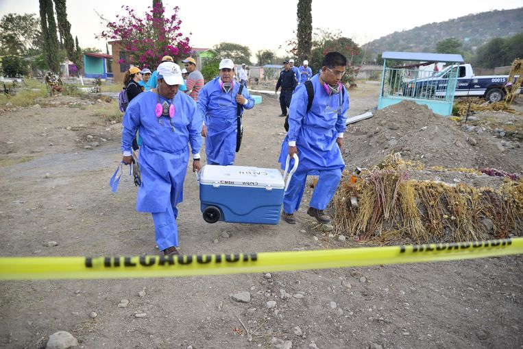 Specialisten bergen menselijke resten gevonden in illegale massagraven in Jojutla in Morelos in Mexico. Archieffoto uit maart 2017.