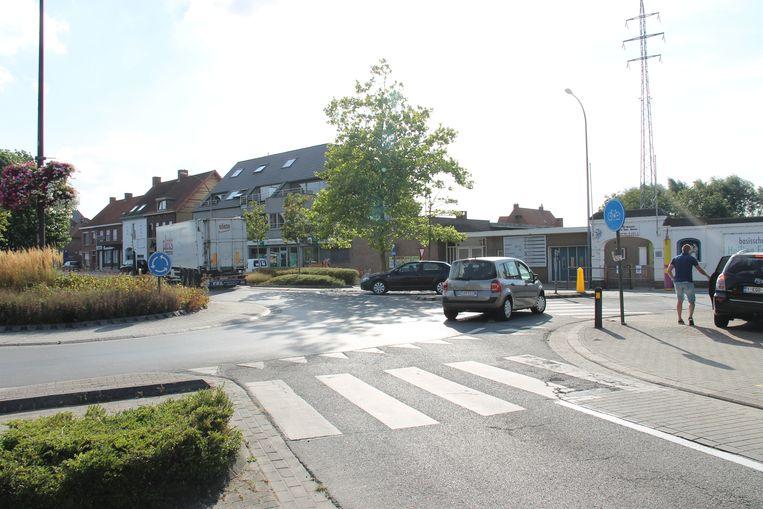 Het verkeer aan de rotonde bij de Heilige Familieschool kan doorrijden zonder echt te moeten remmen. Zoals rechts in beeld parkeren ook veel chauffeurs waar het niet mag.