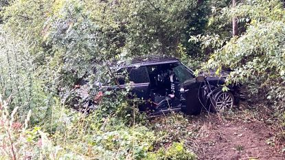 Mini Cooper belandt diep in berm langs E40 in Loppem