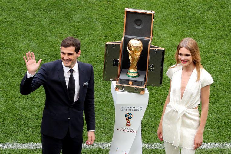 Samen met de Spaanse doelman Iker Casillas presenteert ze de Wereldbeker-trofee in Moskou.