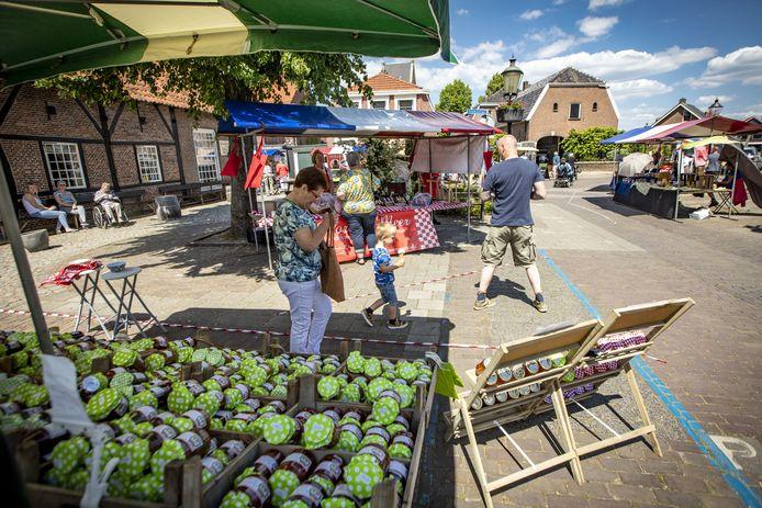 Door de uitbraak van de coronacrisis werd de biologische markt in Losser afgeblazen. Maar zaterdag brachten de ondernemers weer hun waar aan de man.